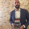 Monchi, ex director deportivo del Sevilla FC, con el libro de Daniel Pinilla en sus manos.