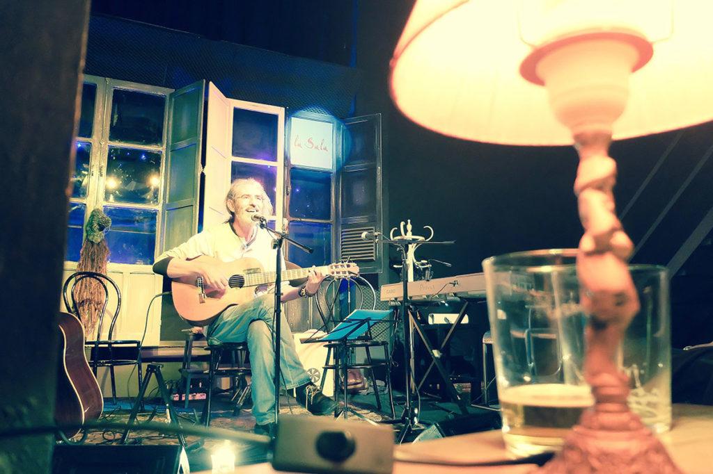 El cantautor sevillano Alfonso Del Valle, durante una actuación en La Sala. Foto: perezventana